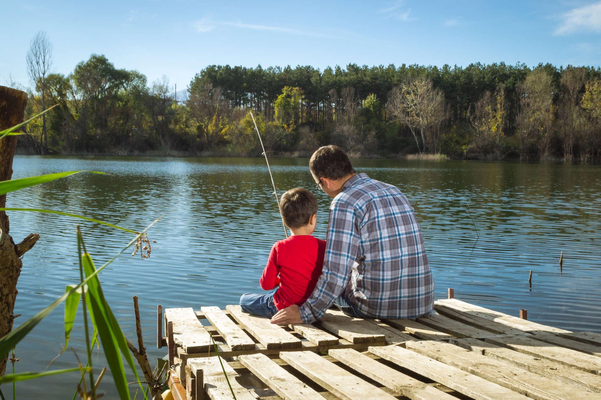 Ojciec z synem na rybach